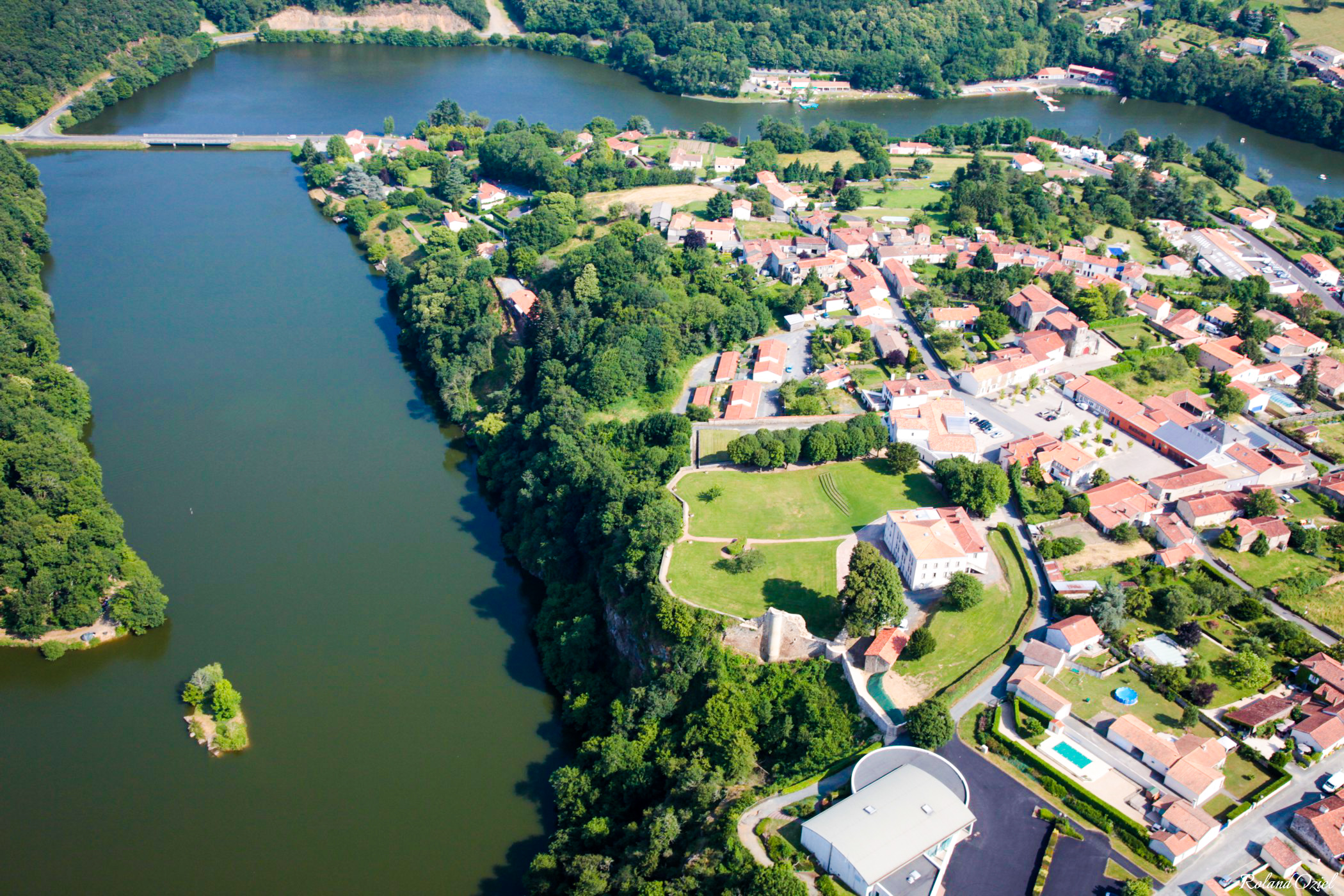 Photo aérienne de la commune de Mervent