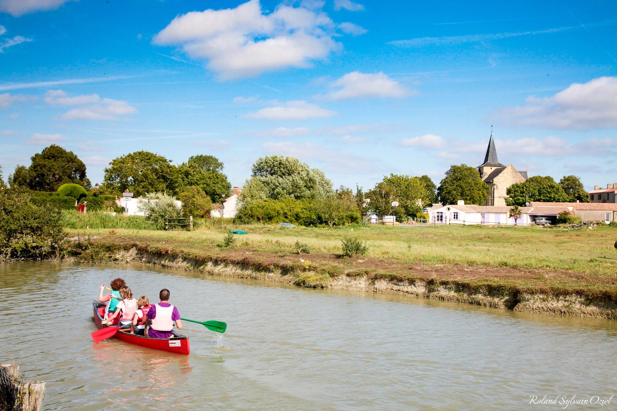 La Route du Sel balade en canoe sur les canaux du marais