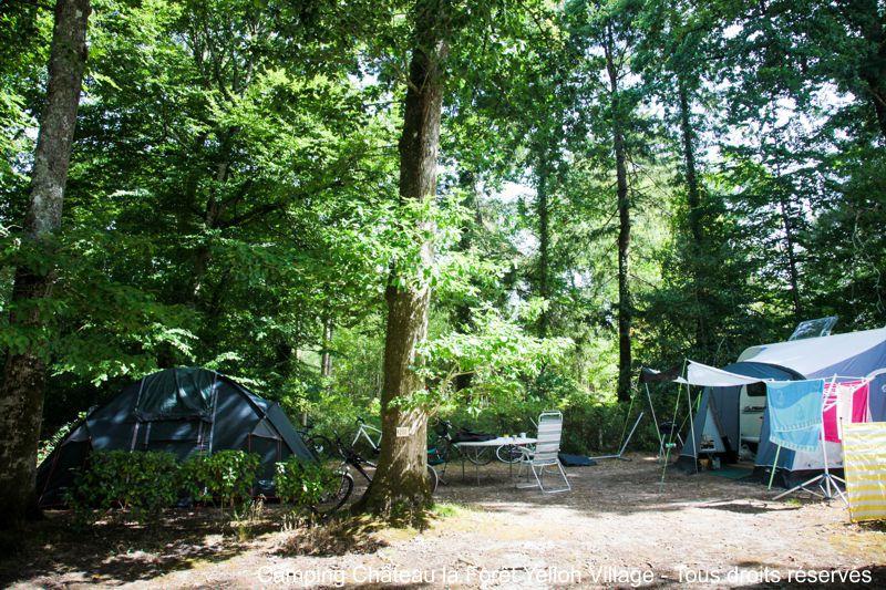 Un emplacement de camping ombragé en Vendée