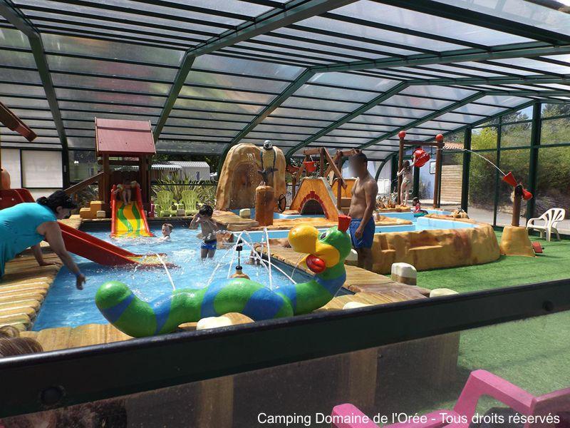 Camping équipé d'une pataugeoire ludique pour les enfants